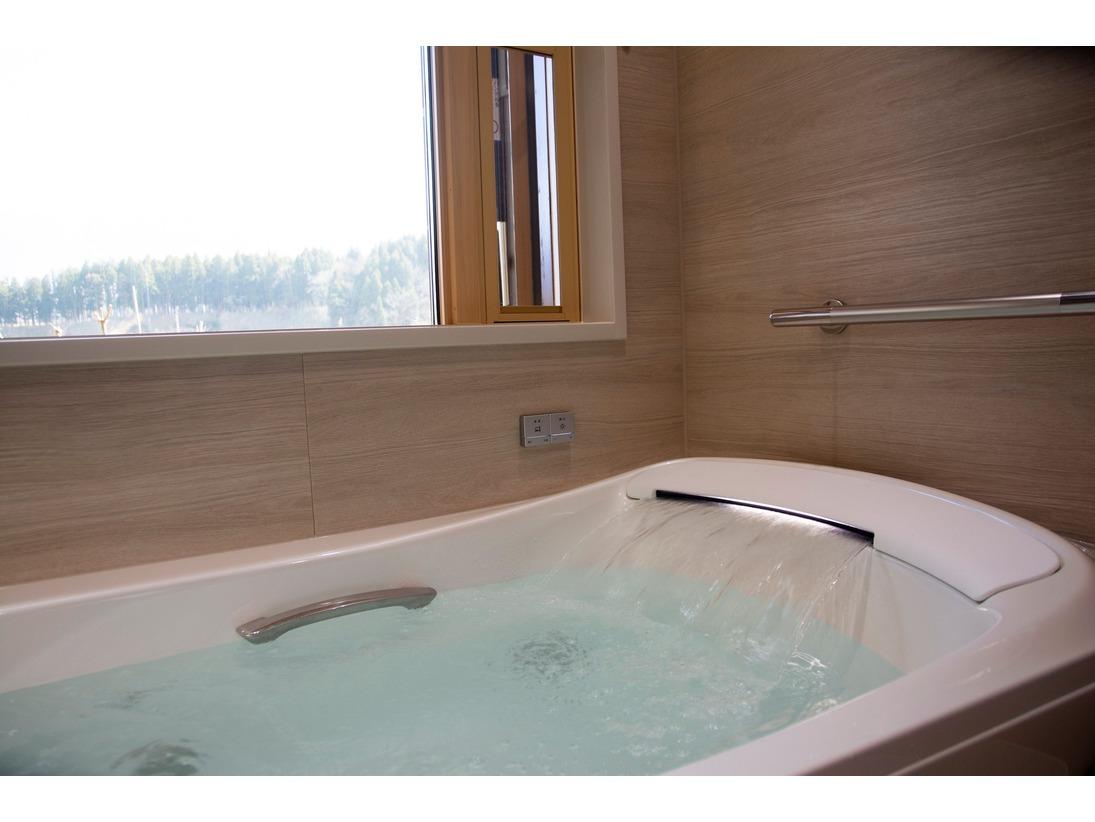 里山の風景を眺められる、半露天風呂