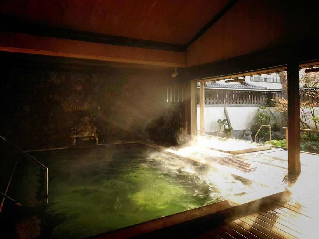 湧き出る源泉は陽の光に照らされてエメラルドに輝きます。