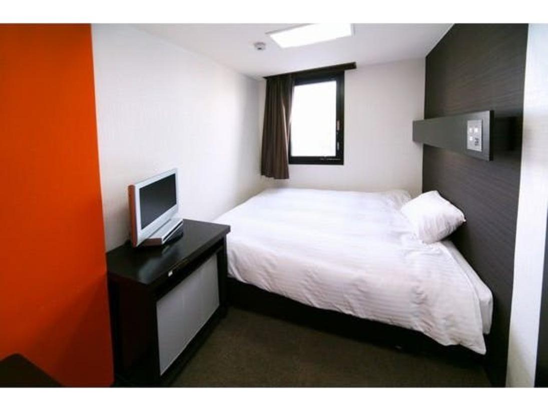 140センチ幅ダブルベッドを収容したデザイナーズルームです。