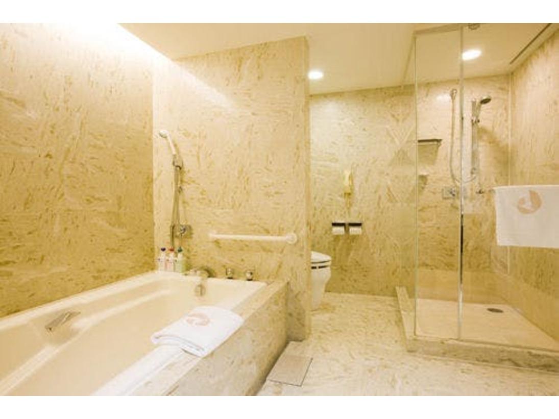 洗い場付きのバスルームなので、ゆっくりとバスタブに浸かっていただけます。
