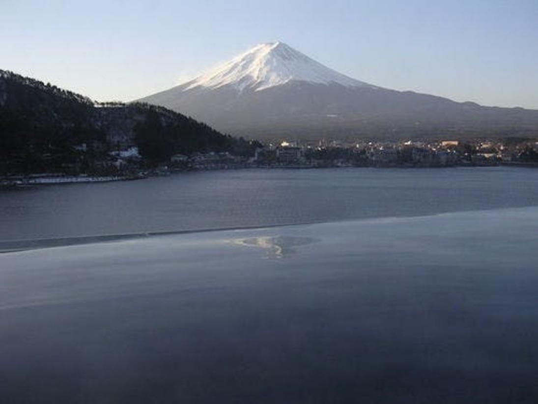 目の前に広がる雄大な眺め、湖と湯舟の一体感を楽しんで下さい