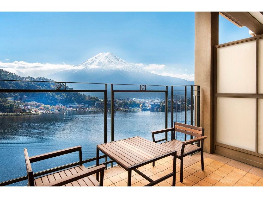 全客室に完備したテラスより富士山と河口湖が一望できます