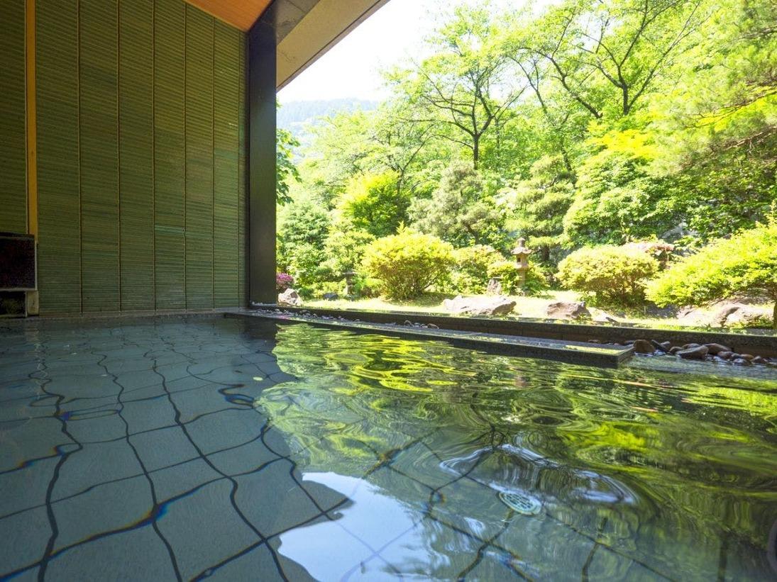 庭園を眺める風情あるお風呂。広々とした石造りの湯船で四季の景色を眺めながらゆっくりと湯浴みを満喫いただけます。【山水隣接 せせらぎ】