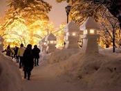 米沢冬の一番人気イベント「上杉雪灯篭まつり」は、しっとりした時間と空気感を味わえる稀有なイベント。ロウソクの灯が白銀の世界をやさしく照らし出します。