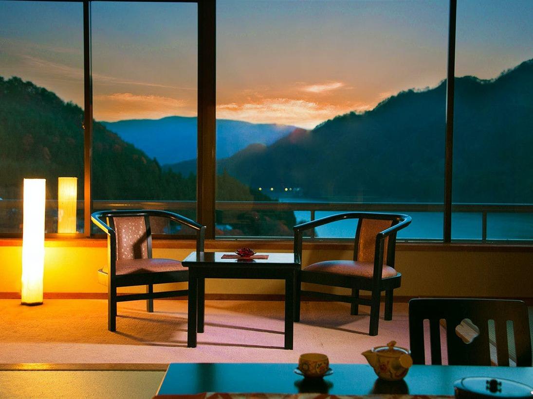 """■広め和室14畳■猿ヶ京でNo1の極上景色がそこに──…。丘に立つ当館ならでは""""湖の景色を一望"""""""