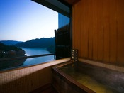 ■広め和室14畳■四季折々の情緒ある風景を内風呂で心ゆくまで愉しめる