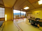 ■檜の露天風呂つき貴賓室-風花-■2間の和室から石庭が広がり、赤谷湖を一望する──…。