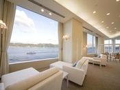 ホテル3F「スパ ザ ブルー プリンス」のラウンジ。穏やかな瀬戸内海に心も癒されます。