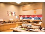 レストラン花茶屋(1階)■バイキング朝食【営業時間】 6:45~9:00ごはん派、パン派、朝は軽め派、がっつり派など、それぞれのスタイルに合わせて「メニューは常時30品目以上」!その土地ならではの食材や、郷土料理などのご当地メニューもあります。