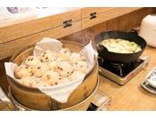 〈朝食例〉サラダから煮物、揚げ物、卵料理、蒸し物やデザート等豊富なメニューをご用意しております。1日を元気に快適にお過ごしいただく為に。好きなものを好きなだけお召し上がりください。