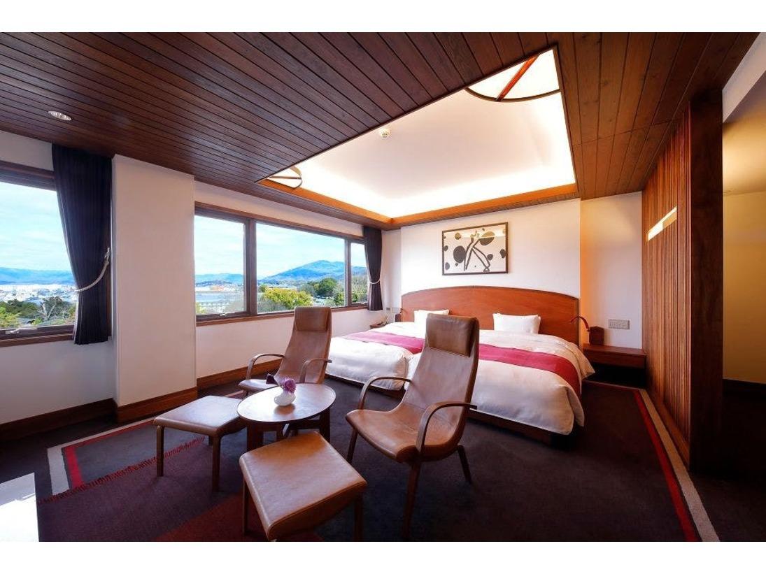 ハリウッドツインタイプのお部屋はベッド2台が隙間なく並べられ、ダブルのお部屋の様にご利用いただけます。大きな窓からは、円山公園はもちろん、平安神宮の鳥居まで臨んでいただけます。
