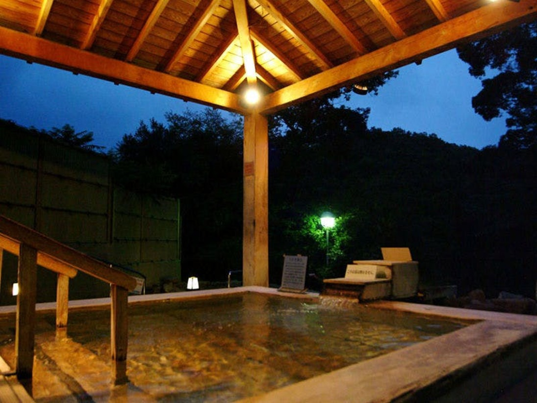 <森林の湯>丘の斜面を利用して作られた浴場からは、美しい自然を満喫できます。