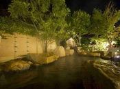 夜の照明に照らされ温泉を堪能する、心落ち着く時間