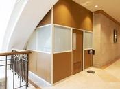 【喫煙ブース一例】1階、2階、3階、12階には喫煙ブースを設けております