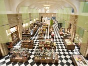 ホテル1階のショップには、たくさんのお土産品が並ぶ。便利なコンビニエンスストアファミリーマートも併設