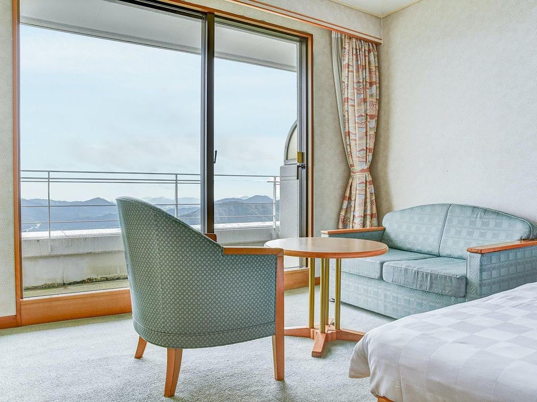 *【ツイン】大きな窓があり北郷の景色を一望できます。開放感のあるお部屋です。