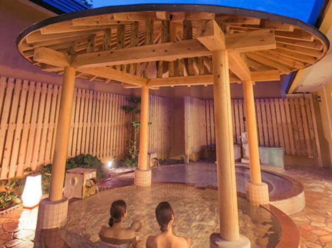 <かたくりの湯・露天風呂>森の風の魅力はなんといってもお肌と体にやさしい極上の泉質。お湯は、弱アルカリ性高温泉です。