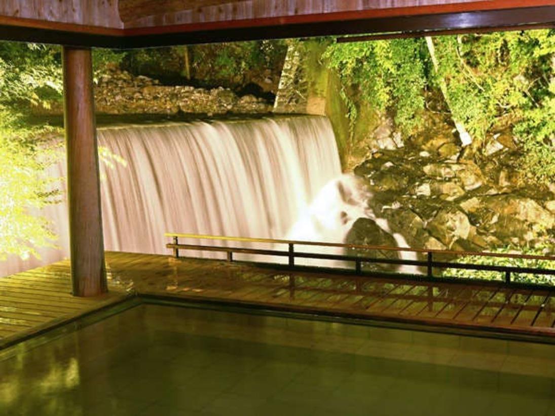 滝見乃湯(露天風呂)四季を映す温川の川の音が心地よい露天風呂です。春夏は新緑、秋は紅葉、冬は雪見。夜はライトアップされた幻想的な景色をゆったりとお楽しみ下さい。日帰りでのご入浴にもご利用いただけます。