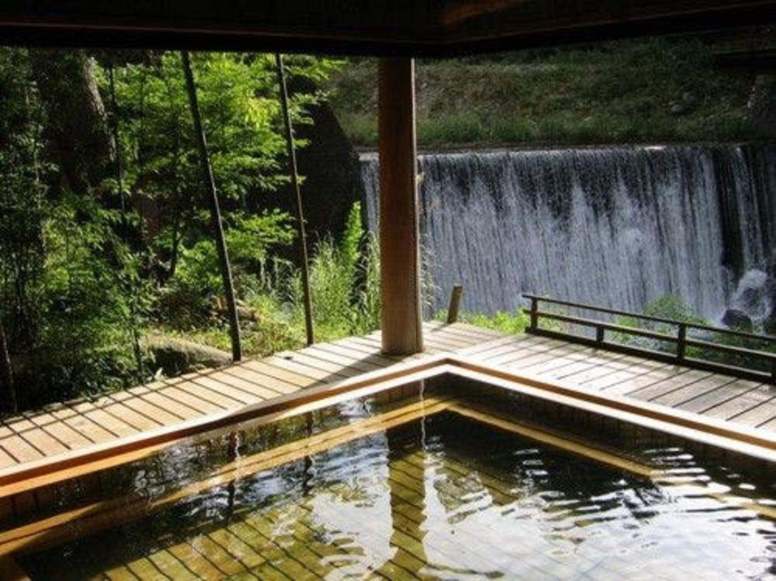 目の前を流れる温川(ぬるかわ)の滝を見ながら、入れる絶景露天風呂です。春夏は新緑がお楽しみ頂けます。