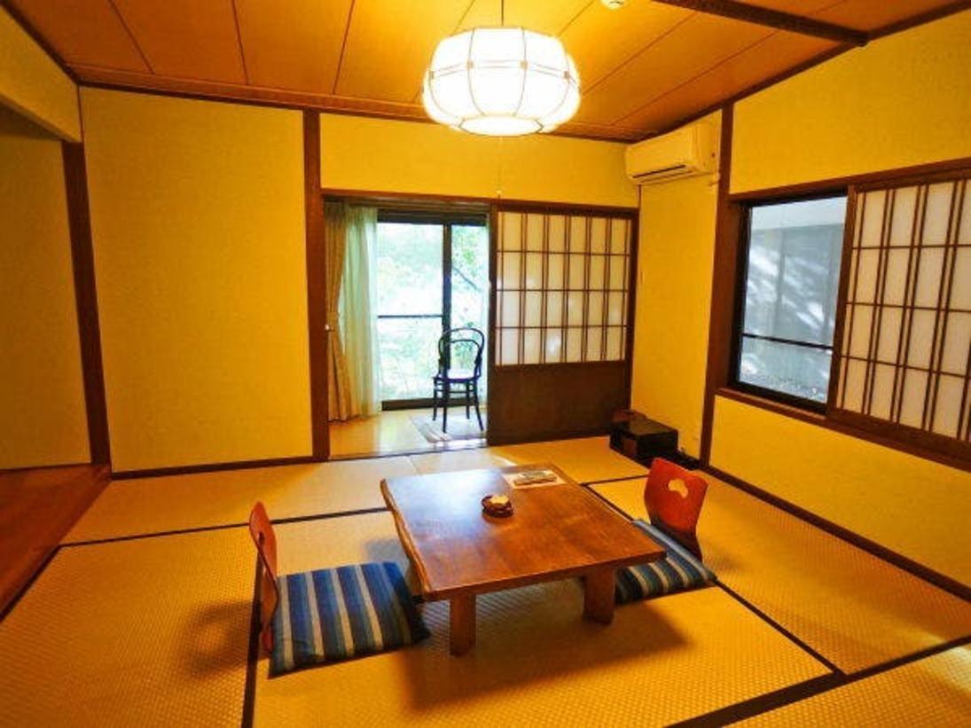 和室に露天部風呂が付いた完全一戸建て離れのお部屋です。広々とした露天風呂に季節の移ろいを感じる庭園が和の風情を感じさせます。