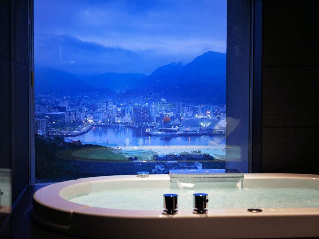 【プレミアムハーバースイート】バスルーム(ジャグジー付)より望む風景