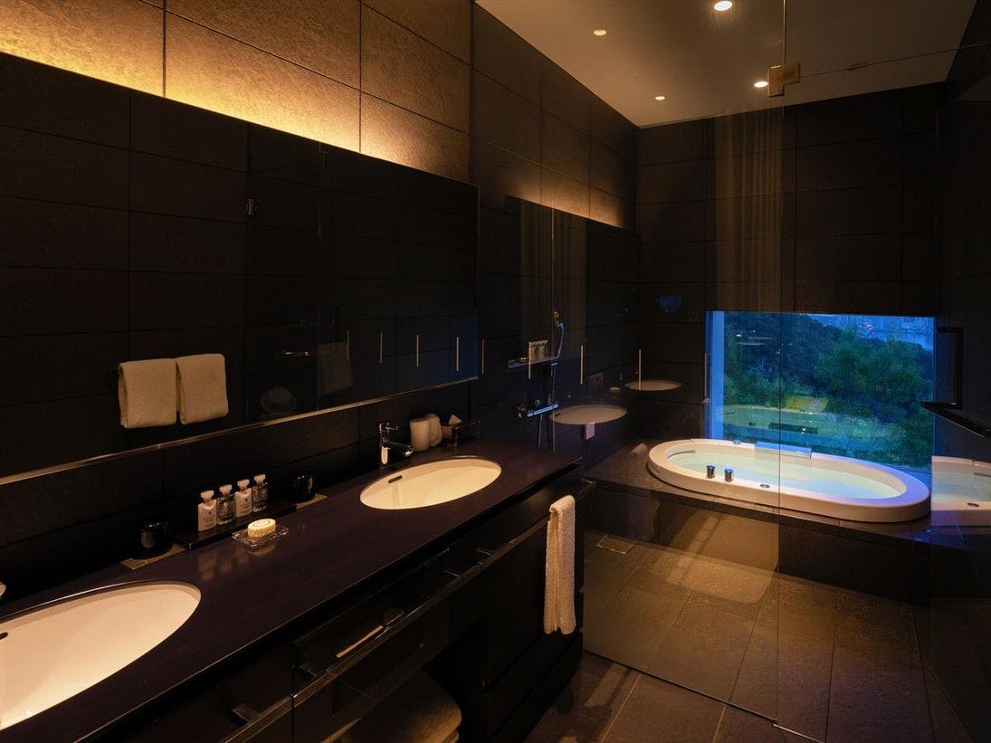 【新館:ロイヤルテラス棟】バスルーム(ジャグジー付/洗面台2台)