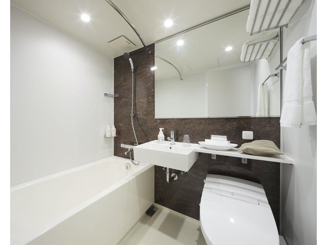 広めで明るい浴室でゆったりおくつろぎください。