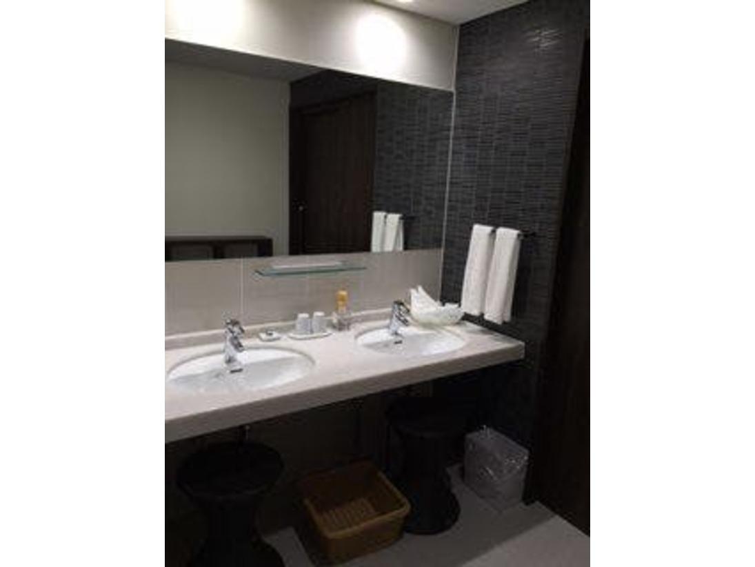 和洋室の洗面台です1室に2台ご用意しております