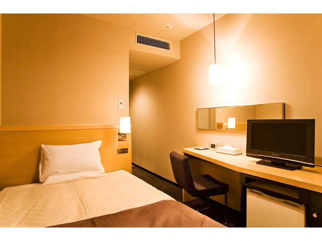 【シングル】ベッドは日本ベッド製造・超高密度ポケットコイル式マットレス「シルキーポケット」120cm幅を採用。快眠にこだわったシンプルで機能的なゲストルームで、安らぎに満ちたご滞在をどうぞ。