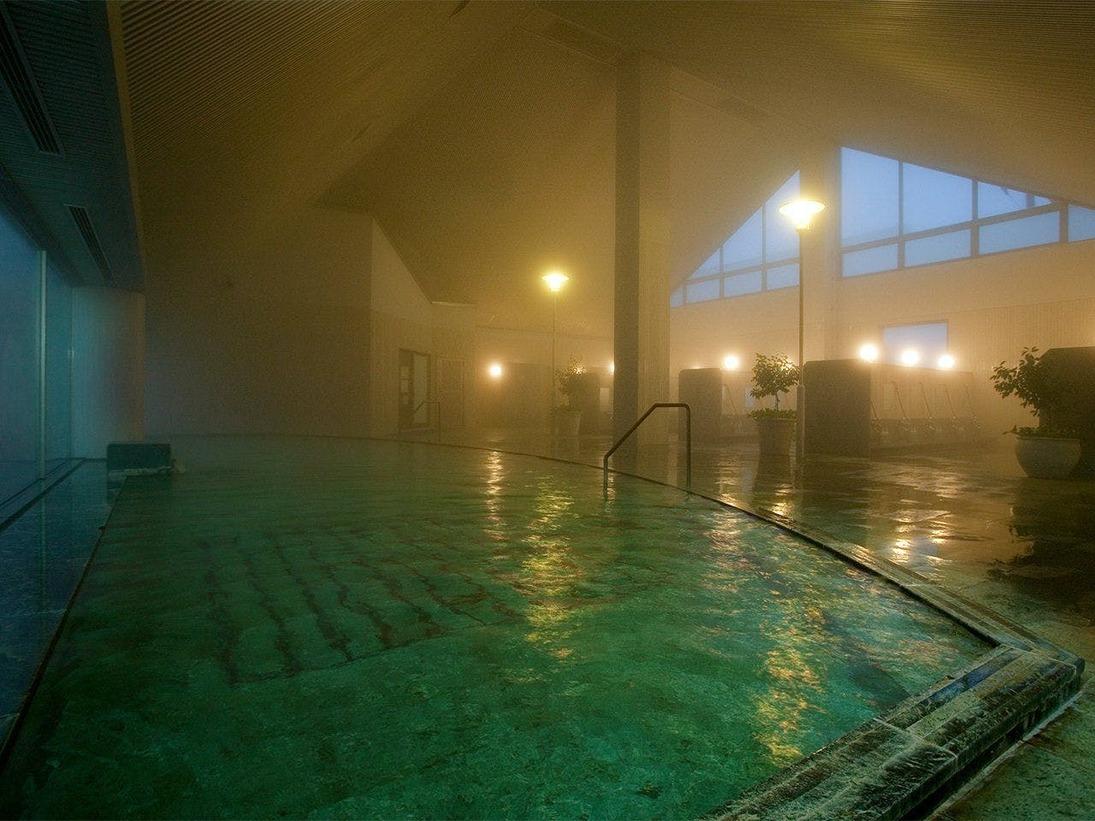 """別館・安比温泉""""白樺の湯"""" 単純温泉低張性弱アルカリ性温泉、疲労回復・筋肉痛・婦人病等。大浴場男女200人ずつ計400人を一度に収容できる広さ。無料送迎有"""