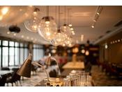 Dining & Lounge KOTONA 明るい光が差し込むレストラン
