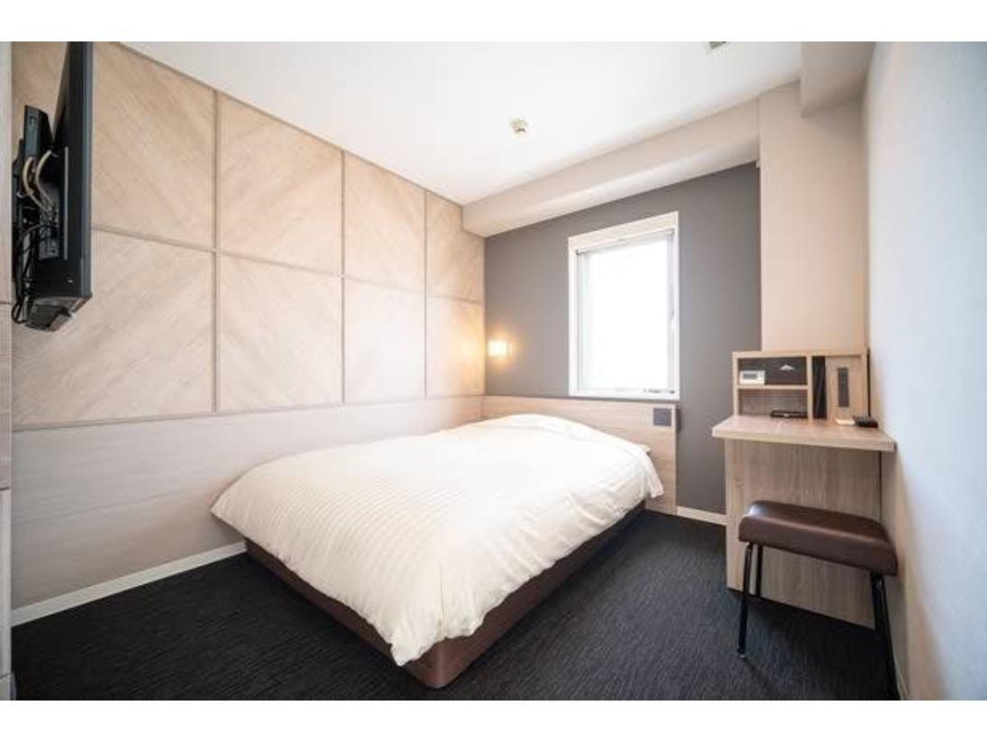 スーパーホテルで最もスタンダードなお部屋である【スタンダードルーム】です。150cm幅のダブルサイズのワイドベッドでぐっすりお休み下さい。