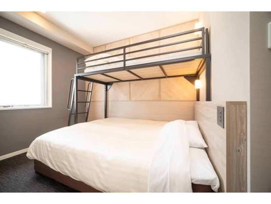 ダブルサイズのワイドベッドとお子様に人気のロフトベッド付の【スーパールーム】です。ご家族にお勧めです。