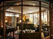 【売店】お土産にオリジナル商品や自社工房の翠山窯の焼き物はいかがでしょう。