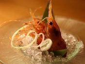 生簀の「活牡丹海老」はご自身で殻をむいてお召し上がりいただきます。