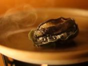 磯の香りが食をそそる「活鮑陶板焼き」。躍る鮑が静かになった頃が食べ頃です。