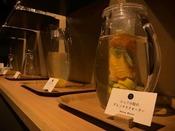 ラウンジでは「総料理長夏目のレモネード」や「シェフ小松のデトックスウォーター」が女性に人気。