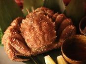 「活毛蟹」はお一人様半身をご用意いたします。茹で上げたばかりの熱々をどうぞ。