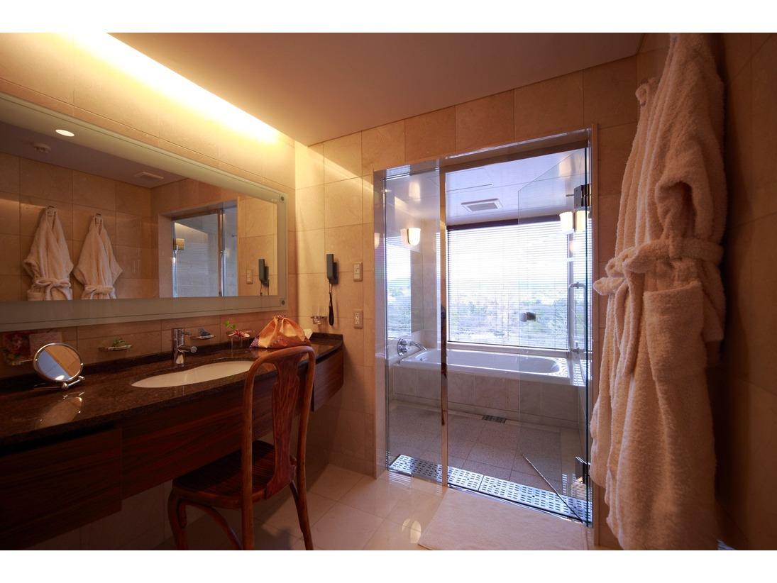 バスルームは脱衣所と洗い場、バスタブがセパレート。また洗面台には大きな鏡とは別に拡大鏡も設置いたしております。