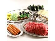 ○BBQ料理(4名様より3日前までの受付け)¥3,000/消費税込/一人前●甲州ワインビーフ(内もも肉)150g/ジャンボフランク1本/野菜類/おにぎり/焼きそば/タレ/サラダ油/器材一式・衛生面でも安心!食材ごとにパックされております。