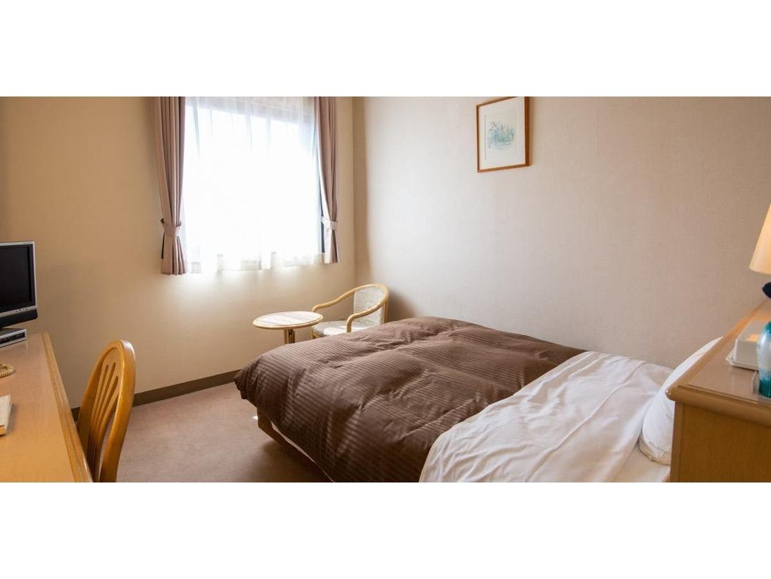 おしゃれな内装と広いお部屋。135cm幅のベッド、お風呂もゆっくり入れます。