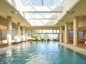 【室内プール】リゾートを彷彿とされるオープンテラスデッキを新設。