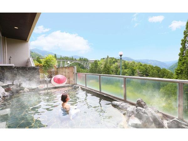 一面に広がる空と山の絶景露天風呂
