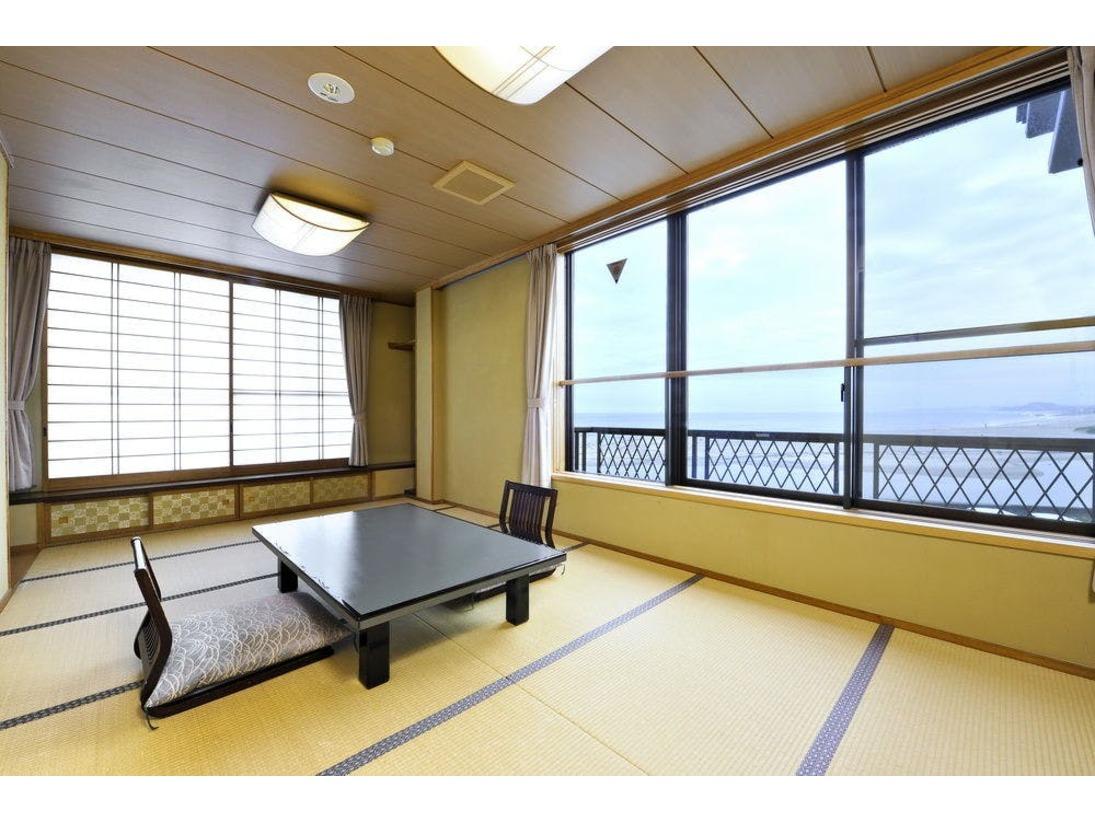 ご夫婦様や、少人数様のご利用におすすめのお部屋。こじんまりとしたお部屋で、磯原の海を眺めながら、ごゆっくりとお過ごしください。