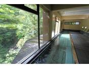 最上川渓谷を望む名物の大浴場(女性用)
