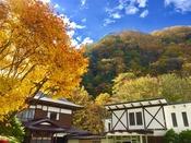 秋の景色と不動閣