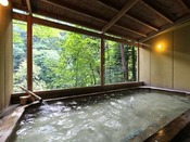 渓谷を望む最上川源流の露天風呂(男性用)