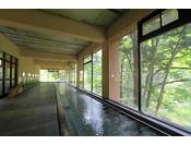 大浴場(男性用)。女性用よりも長い18mの浴槽。ゆったり白布の湯をお楽しみください