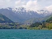 赤谷湖から見た猿ヶ京ホテルと谷川連峰のランドスケープ。