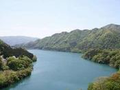 コバルトブルーに輝く赤谷湖の湖水。暑い夏も涼しさまんてん!ロビーから露天風呂から手が届きそう。